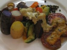 Känguru auf mediterranem Gemüse, Meersalz-Kartoffeln und weißer Pfefferschaumsoße - Rezept