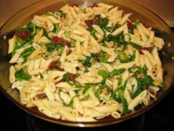 Rezept: Nudelsalat mit Pinienkernen und Rucola