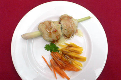 Fleischbällchen auf Zitronengrasspießchen an Mango-Möhrensalat - Rezept