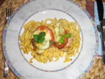 Medaillions auf Spätzle, überbacken mit Tomate-Mozarella - Rezept