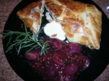 Reblochon im Strudelteig mit rotem Weintrauben  Hommage an Schneerose  - das etwas andere Abendbrot - dazu einen leckeren Rotwein - Rezept