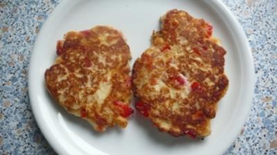 Rezept: Pizzakatzes Quarkküchlein mit Paprikawürfelchen