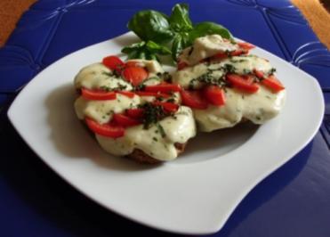 Überbackenes Mozarella-Tomaten-Brötchen - Rezept