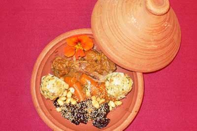 Lamm-Tajine in Zwiebel-Honigsoße mit Pflaumen und Mandeln an Semmelknödeln - Rezept
