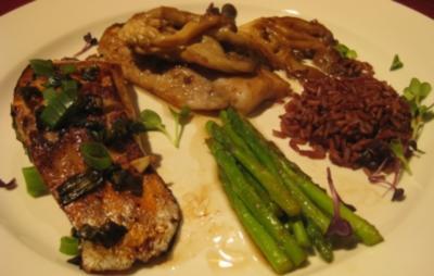 Lachs Loin und Mahi-Mahi-Filet mit Frühlingszwiebeln, Austernpilzen und Wildreis - Rezept