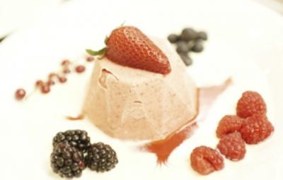 Rezept: Erdbeer-Eis mit Vanille an Erdbeerspiegel und frischen Beeren (Achim Mentzel)