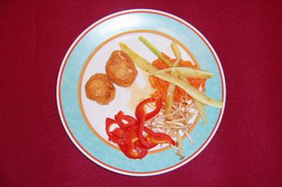 Lachs-Cookies mit Salat aus Paprika, Sojasprossen und Gurke - Rezept