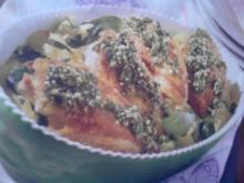 Pesto-Hähnchen auf Nudel-Zucchini-Bett - Rezept