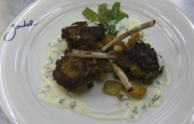 Lammkoteletts im Pestomantel auf Salbei-Gnocchi und Zuckerschoten - Rezept