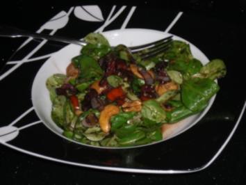 scharfer Feldsalat mit Balsamicodressing und Cashewkernen - Rezept