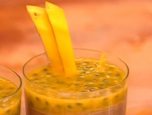 Schokomousse mit Passionsfrucht und Schlagsahne - Rezept