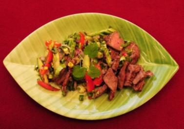 Rezept: Thailändischer Rindfleischsalat mariniert mit Koriander und Limette (Tamara Sedmak)