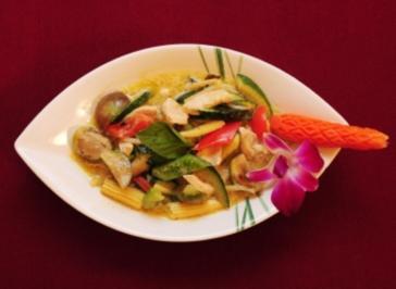 Grünes Thaicurry mit Hühnchen in Kokosmilch mit Gemüse und Thaibasilikum dazu Jasminreis (Tamara Sedmak) - Rezept