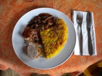 Rösti mit Schweinsfilet an Rotweinsauce und Pfifferlingen, Salat - Rezept