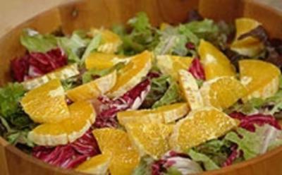 Eichblattsalat mit Nüssen, Hüttenkäse und Orangen - Rezept