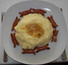 Stampfkartoffeln mit Balsamico-Zwiebeln und gebratenen Cocktailwürstchen - Rezept