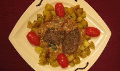 Lammlachs mit Würfelkartoffeln, gedünsteten Tomaten und Pfifferling-Rotwein-Rahmsoße - Rezept