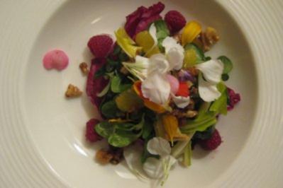 Gebratener Feldsalat mit gerösteten Walnusssplittern und Orangen-Chili-Dressing - Rezept