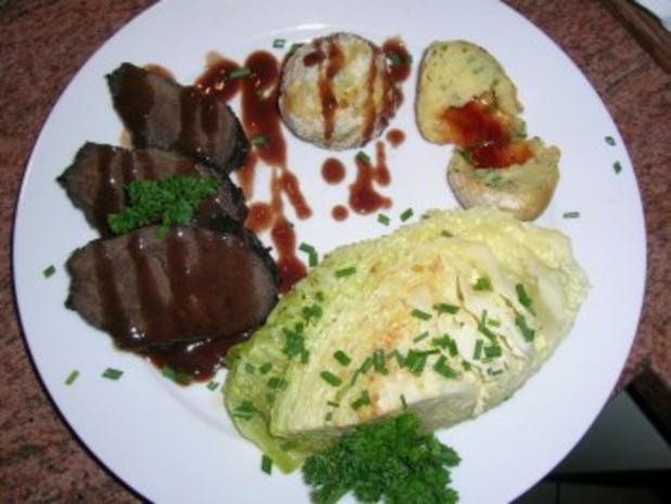 Rotweinsauerbraten mit Hagebuttenknödeln und geschmortem Wirsing (Fotos) - Rezept