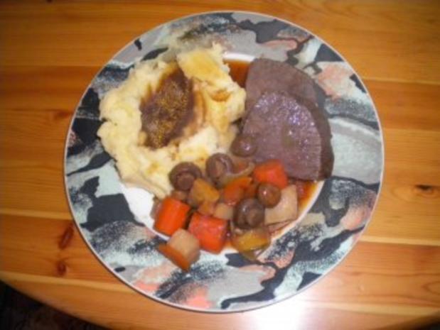 Rinderschmorbraten mit Kartoffelstock, Gemüsesauce und gemischtem Salat - Rezept - Bild Nr. 2