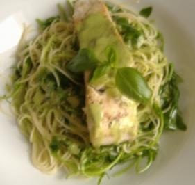 Rucolaspaghetti mit gebratenem Fischfilet und Pestoschaum. - Rezept