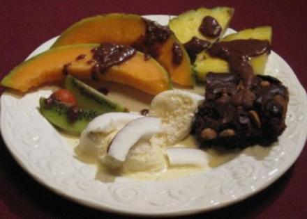 Erdnuss-Brownies mit Südsee-Eis und exotischen Früchten - Rezept