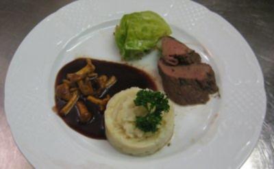 Hirschfilet an Portweinsoße, dazu gefüllter Spitzkohl und Selleriepüree - Rezept