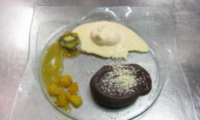 Fondant au chocolat an Orangensoße, karamell. Orangen, weißes Schokoeis mit Chili - Rezept