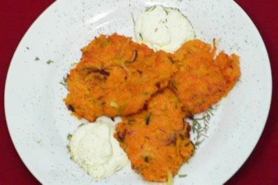 Rezept: Süßkartoffel-Zwiebel-Thymian-Pfannkuchen mit Creme fraiche
