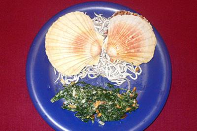 Gratinierte Jakobsmuscheln mit Spinatsalat und Pinienkernen - Rezept