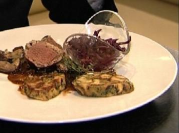 Rezept: Crepinette vom Springbock mit Breznknödel, Steinpilzen und Rotkohl