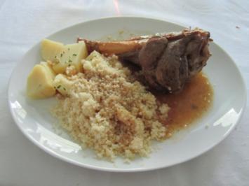 Lammbraten mit Couscous und Kartoffeln, Gemüse und Salat - Rezept