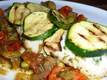kräutergebutterte Scholle mit Zucchinischuppen und lecker würziger Gemüse-Sauce - Rezept