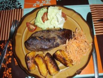 Rezept: Rinds - Entrecote garniert mit Karotten, grüner Salat, Cherrytomaten und Kürbis