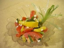 Bunter Salat mit Paprika, Gurke, Tomate, Lauchzwiebel und körnigem Frischkäse - Rezept