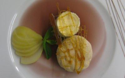 Zimt- und Eierlikörparfait auf Rotweingeleespiegel mit Gewürzbirne und Karamellgitter - Rezept