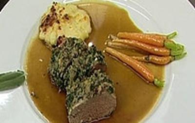 Rezept: Lammrücken in Salbeikruste mit Kartoffelgratin und Fingermöhrchen