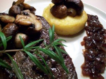 Angus-Steak an gebackenem Polentataler mit Zwiebelmarmelade - Rezept