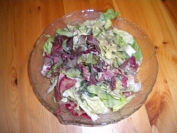 gebratene Teigwaren mit Wurstel und Salat - Rezept