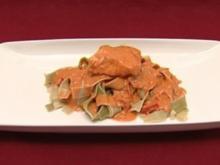 Lachsfilet mit Weißweinsoße auf grünen Bandnudeln - Rezept