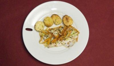 Doradenfilet in Pergamentpapier mit Julienne-Gemüse an Rosmarinkartoffeln (Prinz M. Michael) - Rezept