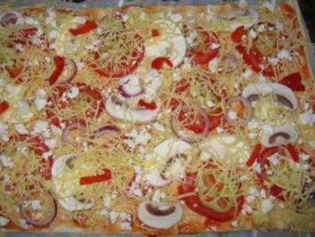 Pizza mit Tomaten und 2 Käsesorten - Rezept