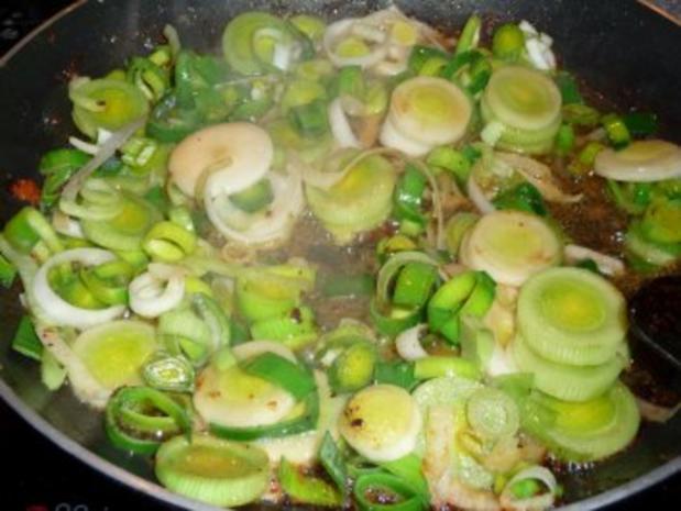 Schnitzel im Käsemantel mit Lauchgemüse auf Salzkartoffeln und Sauce Hollandaise - Rezept - Bild Nr. 5