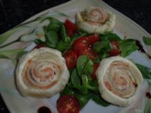 Vorspeise: Lachs-Blätterteig-Röllchen auf Salat - Rezept