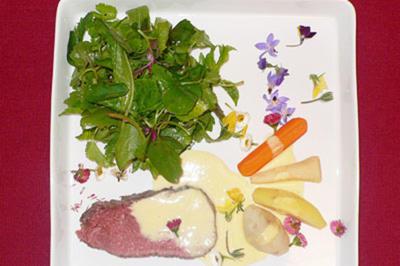 Roastbeef auf Wildkräuter-Salat mit einer Soße aus Butter und Weißwein - Rezept