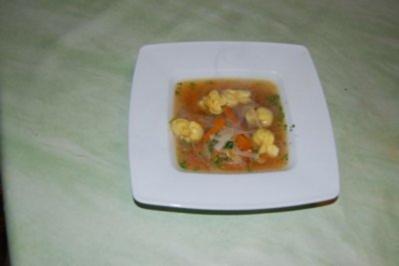 Hühnersuppe mit Gemüsejulienne und Pastabeutelchen - Rezept