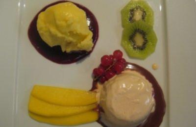 Geeiste Marsala-Zabaione mit Chili-Schokoladensoße an Mangosorbet auf Kirschpüree - Rezept