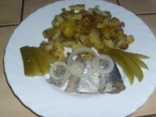 Bratkartoffeln mit sauren Salzhering - Rezept