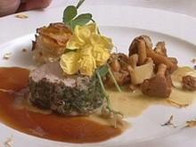 Pochiertes Kalbsfilet in Alpenkräutern mit Kartoffel-Türmchen und Pfifferlingen - Rezept