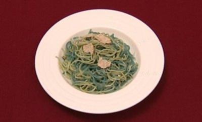 Tagliolini mit frischen Trüffeln auf Salat, dazu Quarkbrötchen (Sabine Kaack) - Rezept